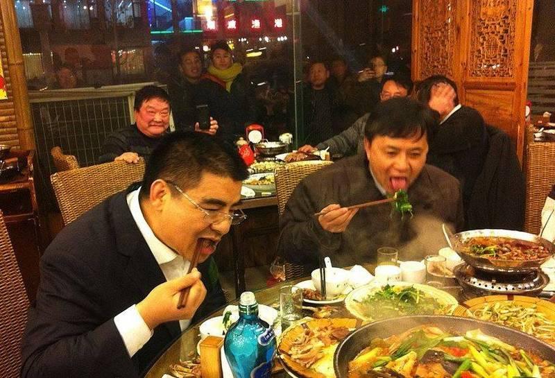 陳光標在微博貼出帶著員工吃剩菜的照片,中國網友發現這是發生在習近平下令「惜食」之前。(圖取自微博)