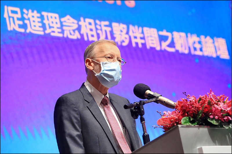 「重組供應鏈:促進理念相近夥伴間之韌性論壇」昨在台北舉行,美國在台協會處長酈英傑出席致詞。(中央社)