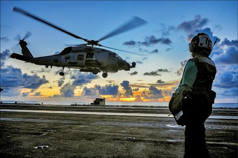 帛琉總統雷蒙傑索希望美國能在帛琉建立美軍基地,並建議美國海岸防衛隊派駐帛琉,協助巡弋帛琉的廣袤海洋資源。圖為美軍MH-60R海鷹直升機。(路透資料照)