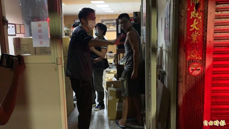 調查人員4日深夜11點左右自加利工廠帶走2台電腦主機、9箱物證。(記者周湘芸攝)
