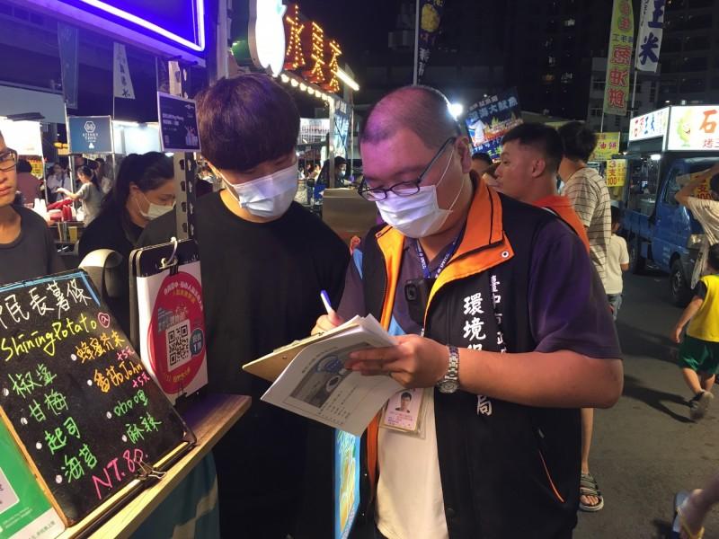 環保局稽查餐廳小吃店油煙,並輔導改善。(記者蔡淑媛翻攝)