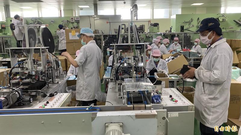 康那香從6月至今增聘員工80人,24小時3班趕製醫療級口罩。(記者楊金城攝)
