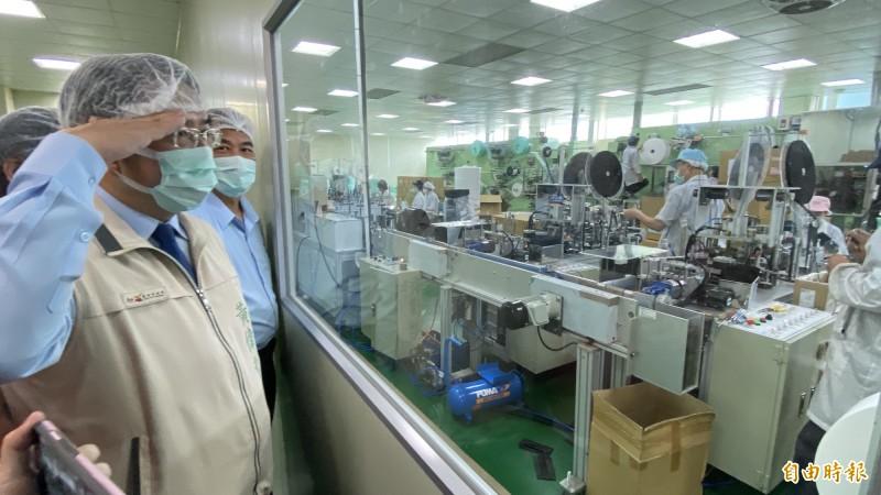 台南市長黃偉哲今天特地到口罩國家隊將軍康那香口罩工廠訪查加油、打氣,向員工舉敬手禮。(記者楊金城攝)