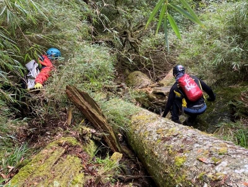 57歲女性登山客於上個月22日隨團在苗栗縣泰安鄉中雪山走失,救援團隊連日來搜尋未果。(苗栗縣政府消防局提供)