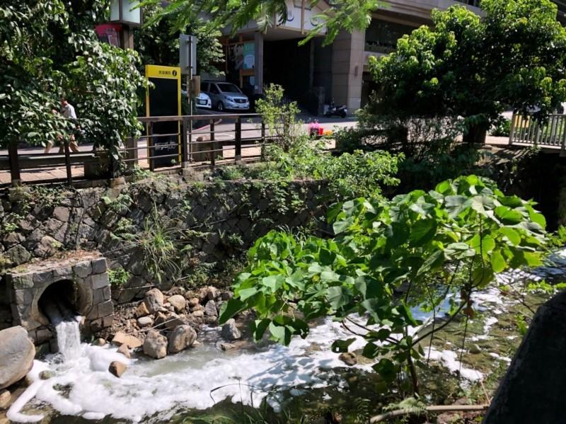 台北市環保局接獲民眾反映北投溪有大量白色泡沫,經查是金都精緻溫泉飯店排出的消防泡沫。(台北市環保局提供)