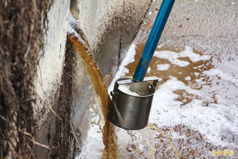 工研院團隊針對林章勳養豬場的放流水進行追蹤檢測。(記者林宜樟攝)