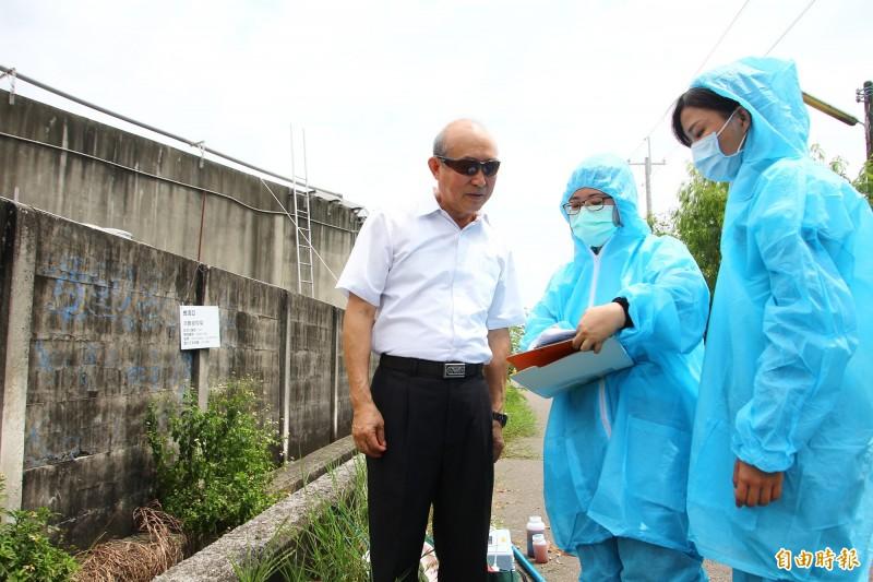工研院團隊對林章勳(左1)說明養豬場放流水檢測結果。(記者林宜樟攝)