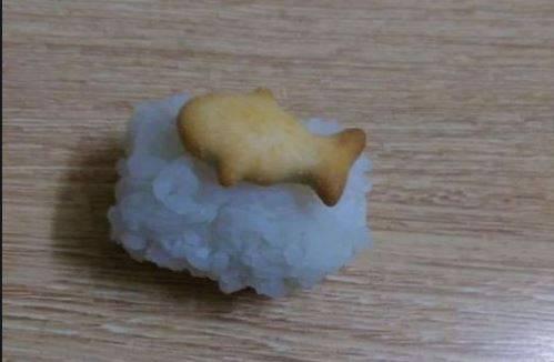 原PO的壽司上放了是小魚造型的餅乾。(圖擷自爆笑2公社)