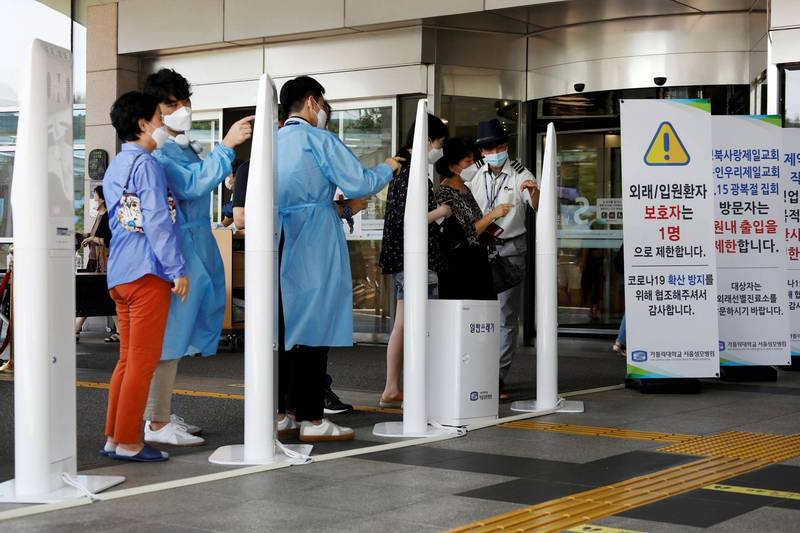 南韓防疫單位今日公告,4日增加168例確診,為連續第3日保持在200例以下。圖為首爾市一間醫院外,工作人員請入院者填寫入院資料情況。(路透)
