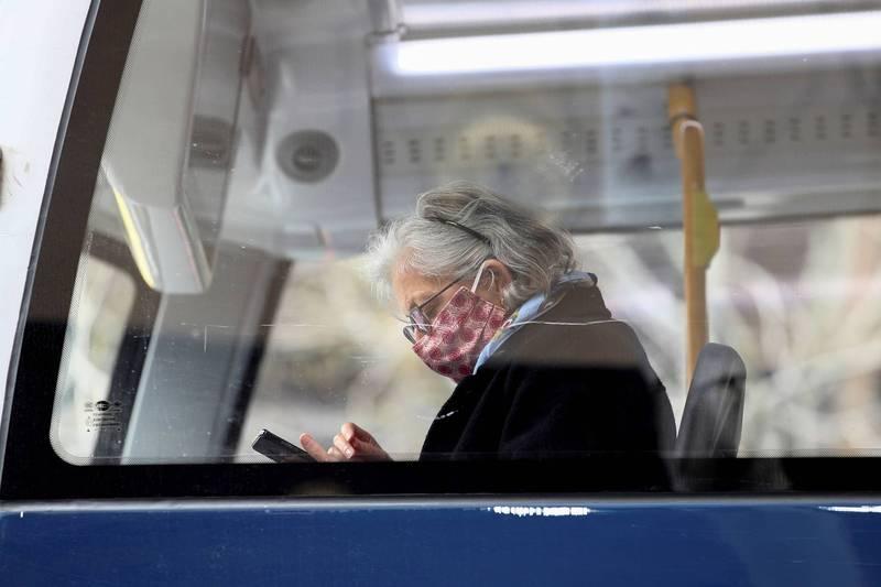 紐西蘭出現5月24日以來首例武漢肺炎死亡病例。圖為紐西蘭民眾戴口罩搭乘公車。(路透)
