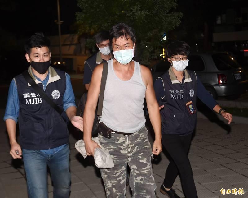 檢調偵辦加利科技公司將中國口罩混入實名制口罩案,5日凌晨移送負責人林明進前往士林地檢署複訊。(記者方賓照攝)