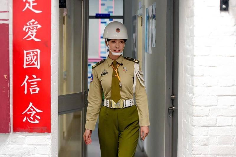 穿上憲兵制服的泱泱架勢十足,絕佳的身材更是成為眾人目光,引發網友暴動直呼「最美女憲兵」;她5日在臉書曝光體驗感想,直呼「以後跟孫子炫耀了呢」。(圖取自泱泱臉書)