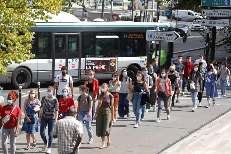 法國4日新增8975例確診,創歷史新高。圖為法國民眾戴口罩防疫。(路透)