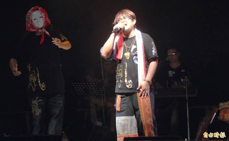 本土創作樂團「打狗亂歌團」主唱嚴詠能今晚在表演時昏倒,送醫不治,圖為嚴詠能2010年在高雄演唱的畫面。(記者黃志源攝)