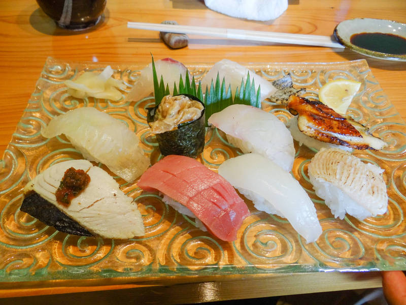 一般握壽司上頭擺有各式各樣的生魚片。示意圖。(資料照)