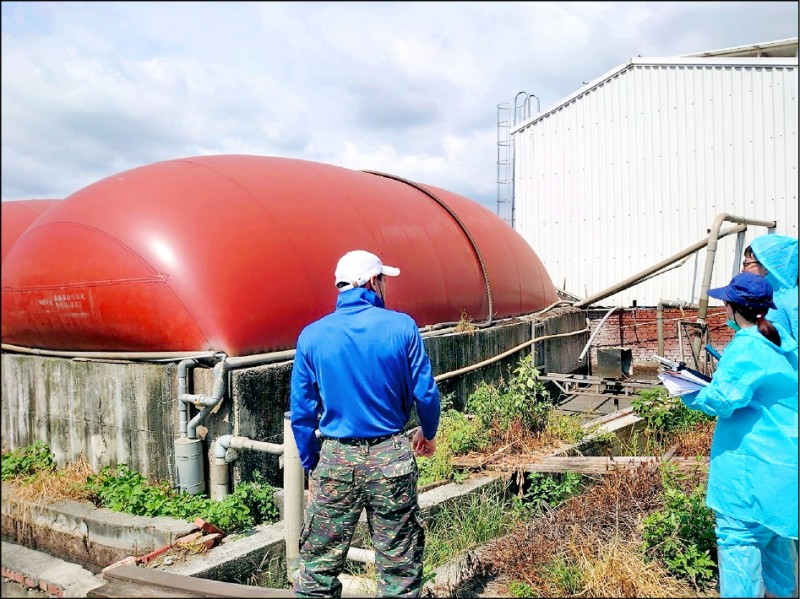 工研院輔導團隊檢視畜牧場廢水處理設備。 (記者林宜樟翻攝)
