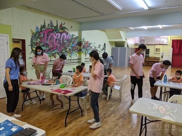 溫哥華FASCA青年志工協助小朋友製作菊花紙雕。(台加文化協會提供)