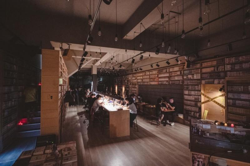 高雄某書店推法式鬼月餐,整個書店空間也特別設計過。(記者王榮祥翻攝)