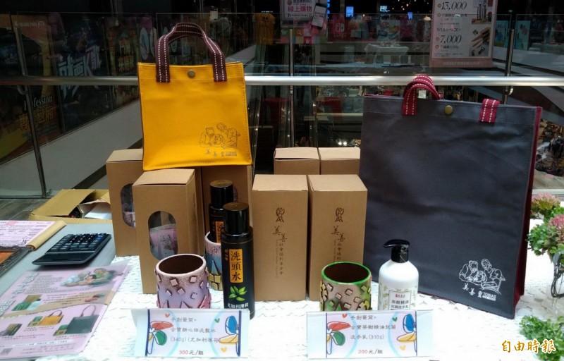 美善基金會舉辦南紡公益夏日趴義賣活動,現場有各種精美的文創品及生活用品。(記者蔡文居攝)