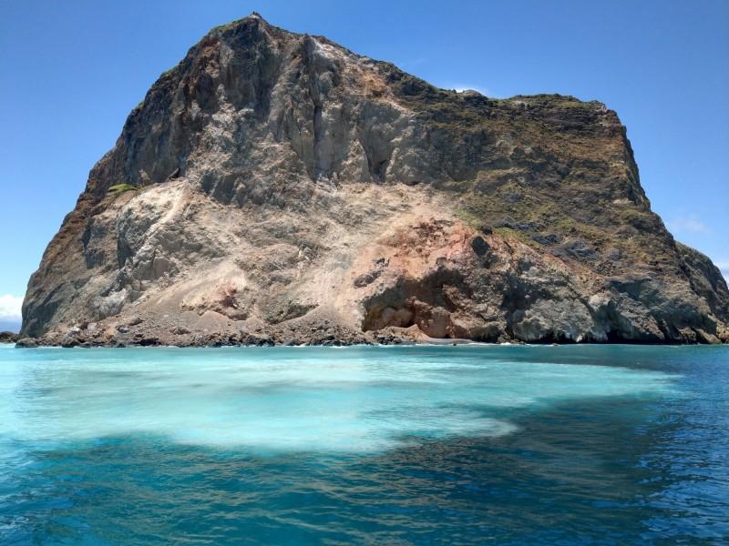 龜山島「龜首」常因地震、風化等因素崩塌。(圖由賞鯨船解說員簡逢均提供)