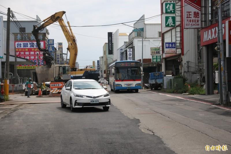 頭份民族路正進行雨水下水道工程,現已進入尾聲,苗栗縣政府表示將於九月中完工並重新刨鋪路面,屆時將可改善民族路況。(記者鄭名翔攝)