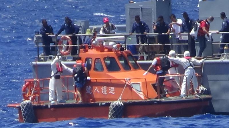 巡護八號在吐瓦魯海域接駁返台人員。(圖:海巡署提供)