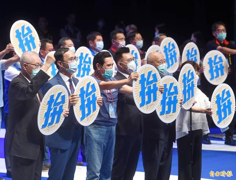 國民黨6日舉行第二十屆第四次全國代表大會,黨主席江啟臣與歷任前主席及地方黨部主委合體造勢。(記者方賓照攝)