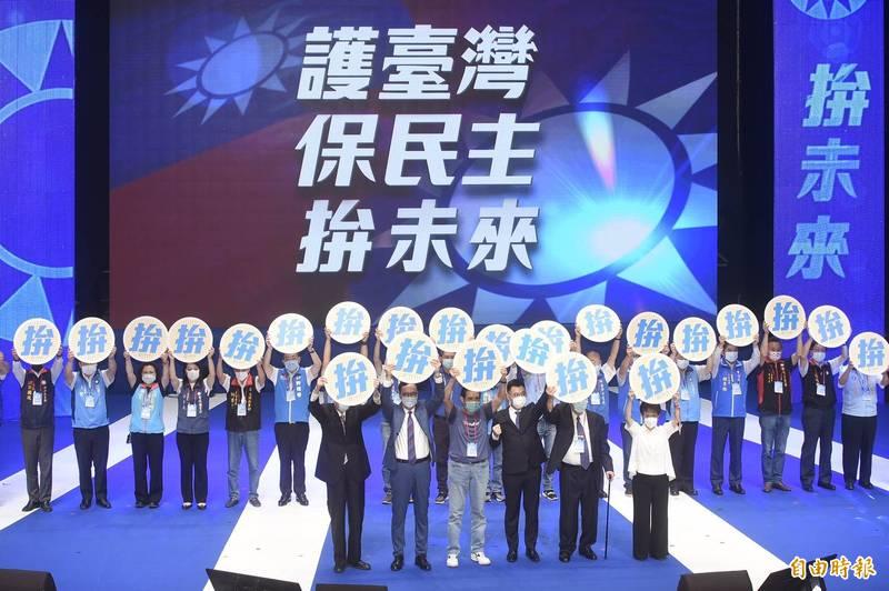 國民黨6日於台北市國父紀念館舉行第20屆第四次全國代表大會,歷任前主席與現任黨魁江啟臣及地方黨部主委合體,象徵世代傳承與合作。(記者簡榮豐攝)