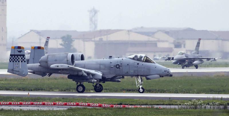 美國軍方證實,駐韓美軍烏山空軍基地的1名韓籍承包商於5日確診武漢肺炎,是近5個月以來的首例本土病例。圖為在烏山空軍基地駐紮的美軍A-10攻擊機(前)及F-16戰機(後)。(美聯社)