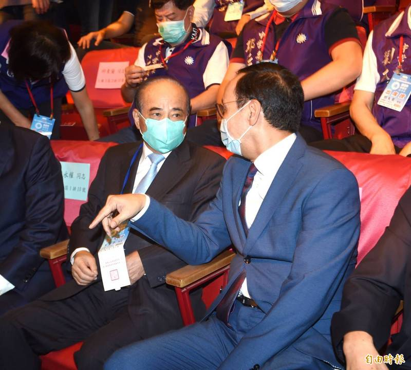 對於江啟臣的兩岸論述,國民黨前主席朱立倫出席前受訪,江的立場跟大家立場一致。(記者方賓照攝)
