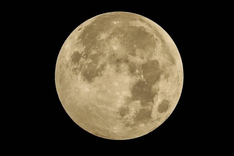 月球上沒有氧氣,幾乎不可能會讓鐵鏽蝕,但讓天文學家全都傻眼的是,數據顯示月亮竟然出現氧化鐵,而這可能是地球所造成的。(歐新社)
