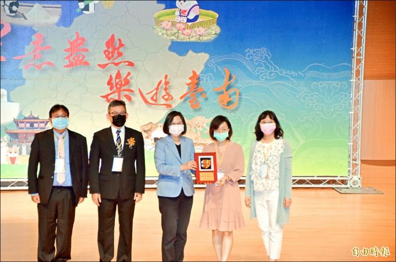 全國律師節慶祝大會在奇美博物館舉行,總統蔡英文(中)應邀頒獎。(記者吳俊鋒攝)