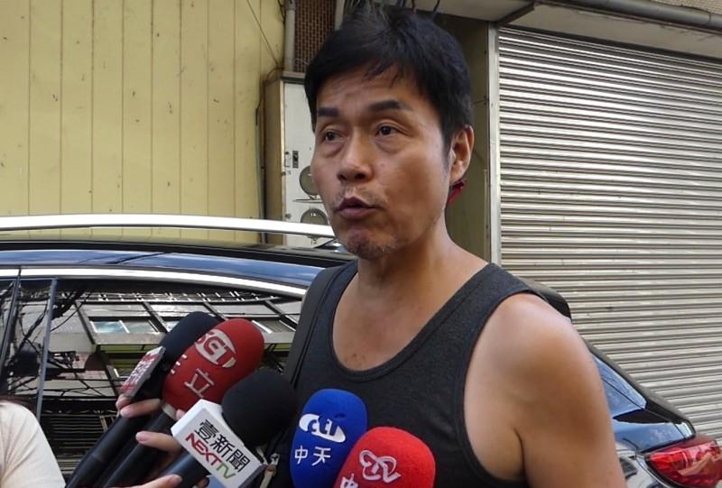 加利科技負責人林明進今早現身八里工廠,對於辦公室牆上掛著「發財秘笈」遭批評,他說是警惕自己不要學。(記者陳心瑜翻攝)
