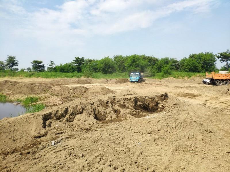 南市環保局派員至學甲農地現場監督管控清理進度,以加速後續清運作業,還給大家一個乾淨的環境。(南市環保局提供)