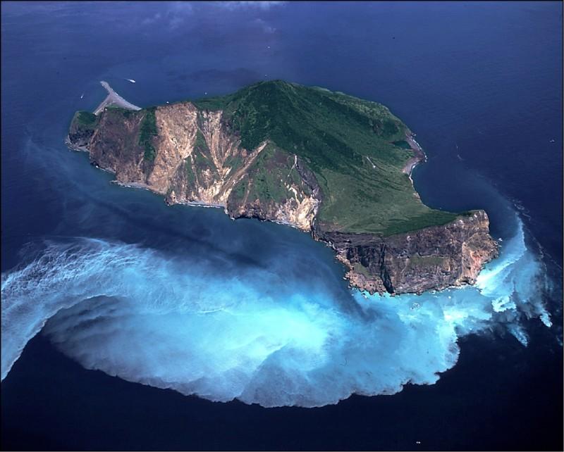 宜蘭頭城外海的龜山島,因海底溫泉噴發,龜首位置出現乳白色海水,被冠上「牛奶海」美名。(圖:東北角風管處提供)