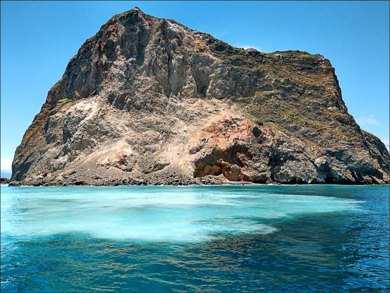 龜山島「龜首」常因地震、風化等因素崩塌。(賞鯨船解說員簡逢均提供)