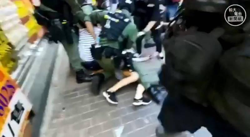 港警追捕一名年僅12歲、手無寸鐵的少女,更以下半身壓在她身上限制行動,網友連連怒轟並質疑港警手段過當。(科大電台新聞組 HKUST Radio News Reporting Team授權提供)
