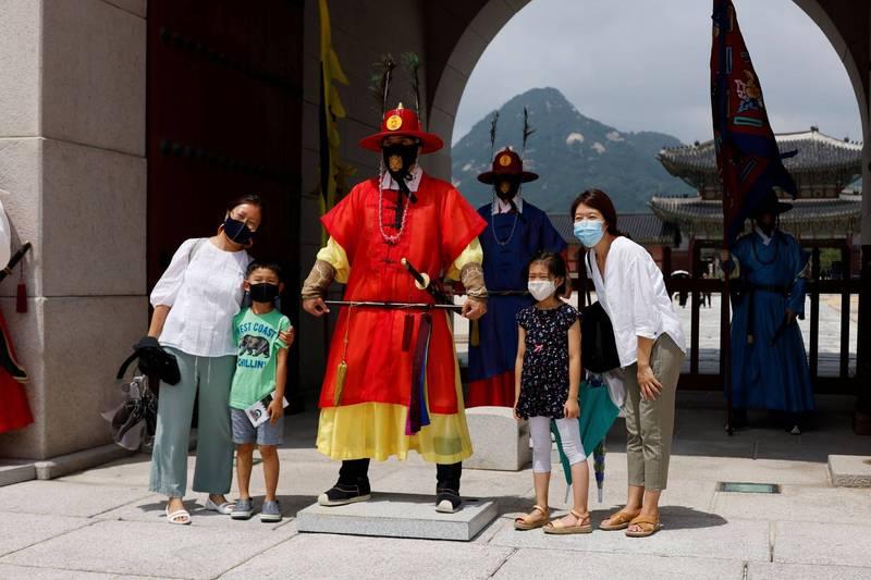 武漢肺炎疫情重創全球觀光,據南韓觀光公社和文化觀光研究院指出,今年第二季南韓旅遊收入及支出均大跌超過75%,雙雙創下17年來的新低紀錄。(路透)