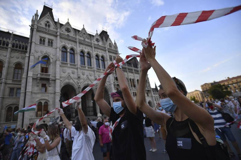 匈牙利政府宣布親政府的董事會將接管布達佩斯戲劇與電影大學,引發大規模示威,數千人6日在布達佩斯串起人鏈。(美聯社)