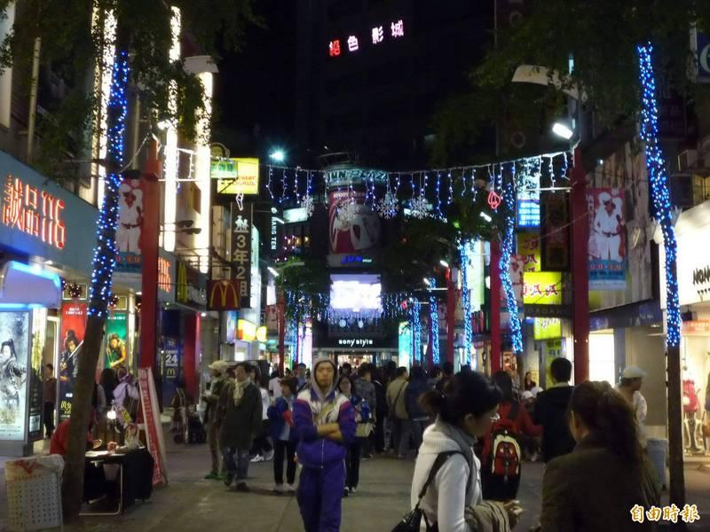 近日有南韓網友來台旅遊後,在網站上發表對台灣的看法,形容台灣市容很落後如同「貧民村」、街道充滿了日韓文化,以及台灣女生不夠漂亮等,引發台灣網友熱議。圖為西門町商圈。(資料照)