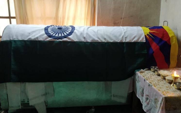 藏族士兵尼瑪的棺木上同時覆蓋印度國旗與象徵西藏獨立運動的「雪山獅子旗」。(圖取自Lhagyari Namdol推特)