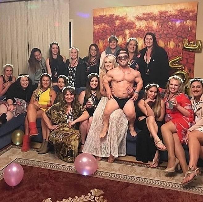 現年46歲的貝爾格(Shane Belgre)雖然身高只有127公分,卻是時薪1.2萬、超受女性歡迎的人生贏家。(圖翻攝自IG「shortznegger」)