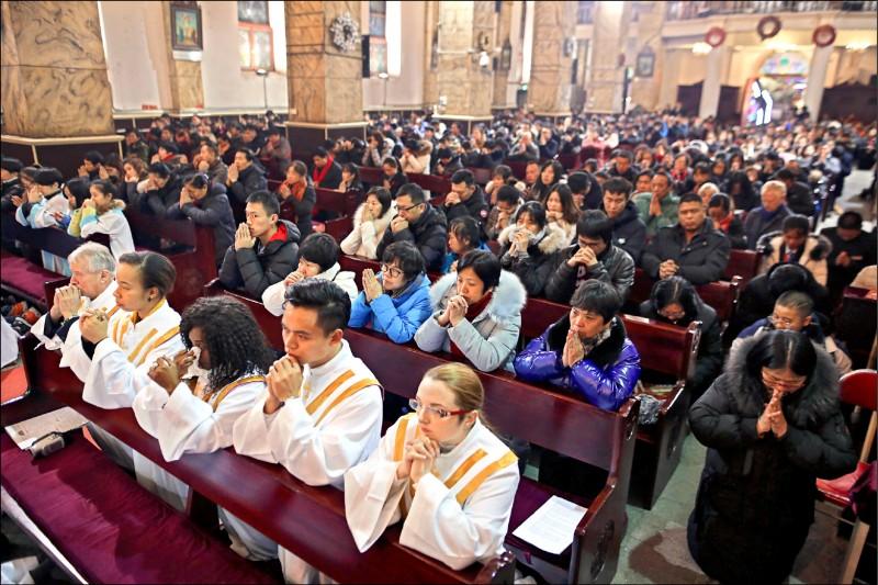 中國政府將更加嚴格管控外籍教師談及宗教和信仰,進一步推行宗教「中國化」計畫。圖為北京一座天主教教堂。(歐新社檔案照)
