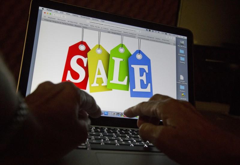 近年來線上消費已成趨勢,實務店面功能多為品牌廣告及展示服務。(美聯社資料照)