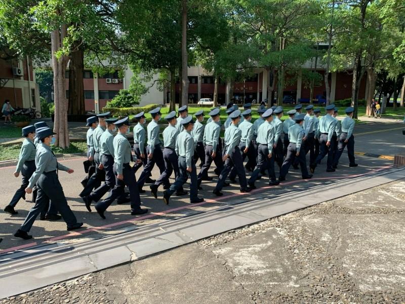大學新鮮人報到,交通大學與國防大學合作的新生穿軍服入交大校園,吸引眾人的目光。(照片由交大提供)