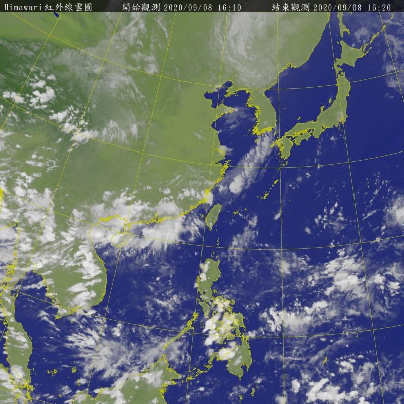 入秋微弱鋒面將在週四、週五通過台灣上空,北、東要留意局部陣雨或雷雨,中南部午後要留意局部較大雨勢。(記者蕭玗欣翻攝)
