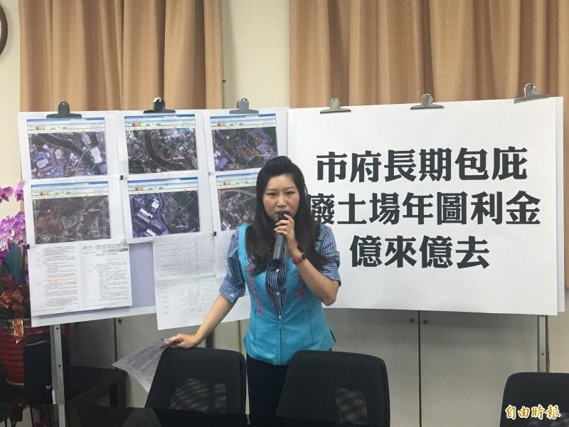 桃園市議員朱珍瑤批評市府對土資場展延放水,圖利廠商。(記者謝武雄攝)