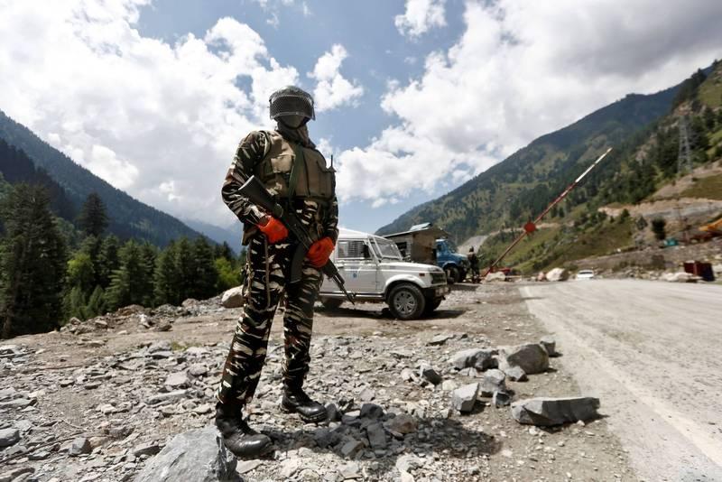 中印邊境自1975年來首次開火。圖為印軍在拉達克駐守。(路透資料照)