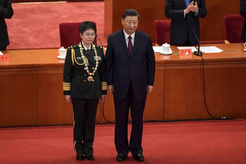 中國首席生化武器防禦專家、解放軍少將陳薇(左)本月在官媒節目中指出,第一批疫苗2月26日已在生產線上下線,距離1月23日武漢封城僅一個多月時間。圖為中國今日舉行的全國對抗肺炎疫情表彰大會。(法新社)