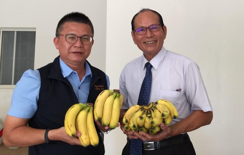農糧署南區分署長姚志旺(左)與命理師徐英忠(右),鼓勵大家選購有富貴之意的香蕉,幫助蕉農。(農糧署南區分署提供)